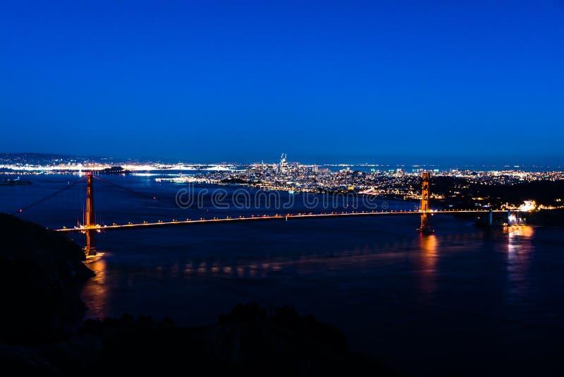 Nattpanoramautsikt av San Francisco och Golden gate bridge arkivbild