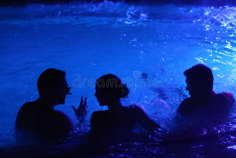 Nattparti i termiskt bad i Budapest, Ungern royaltyfri foto
