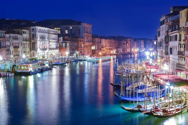 Nattplats över kanalen i Venedig, Italien royaltyfria bilder