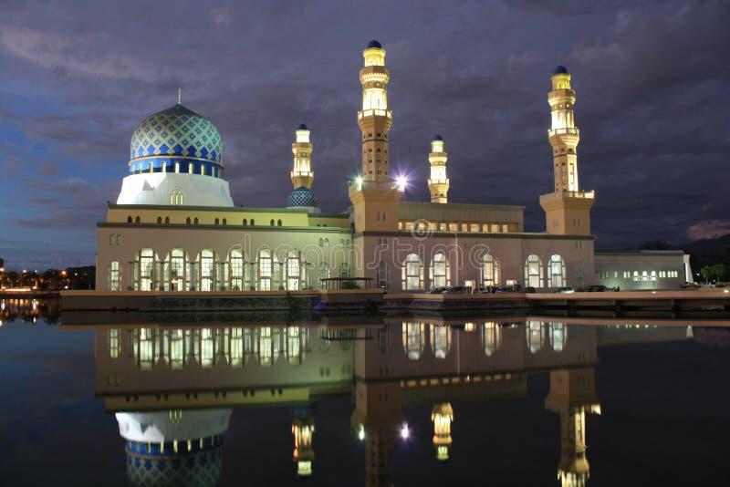 Nattplats över moské i Kota Kinabalu Sabah Malaysia royaltyfri bild