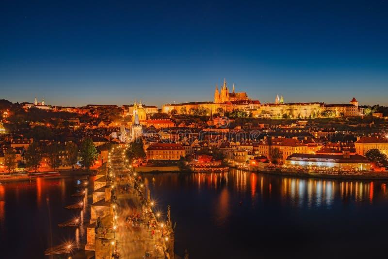 Nattplats av den Prague slotten och Charles Bridge arkivbilder