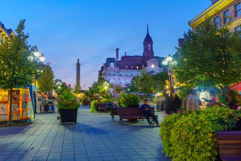 Nattplats av den Vauquelin fyrkanten, i Montreal royaltyfri fotografi