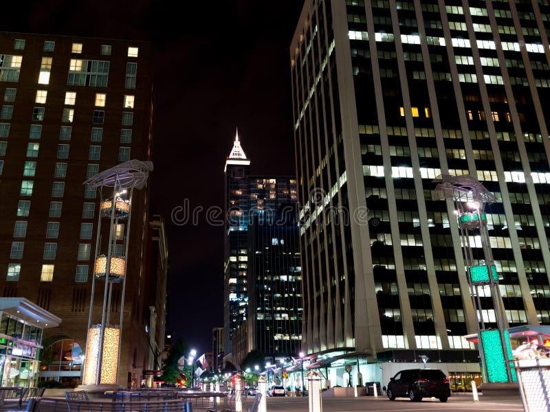 Nattplats av i stadens centrum Raleigh, NC royaltyfri bild