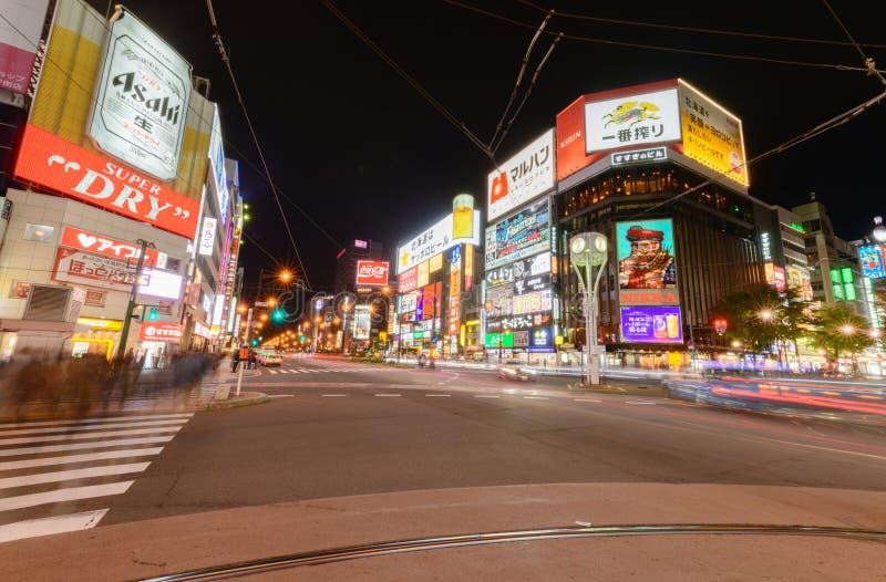 Nattplats av kommersiella byggnader som lokaliseras på det Susukino området arkivfoto