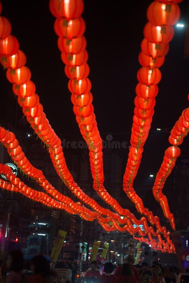 Nattplats av rött hänga för kinesisk stil för komplamplykta som dekoreras i kinesisk beröm för nytt år i Thailand fotografering för bildbyråer