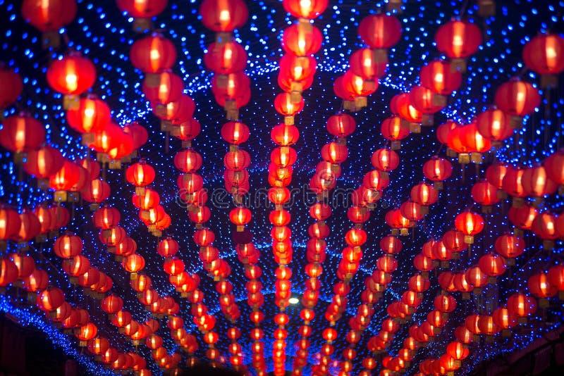 Nattplats av rött hänga för kinesisk stil för komplamplykta som dekoreras i kinesisk beröm för nytt år i Thailand arkivbilder