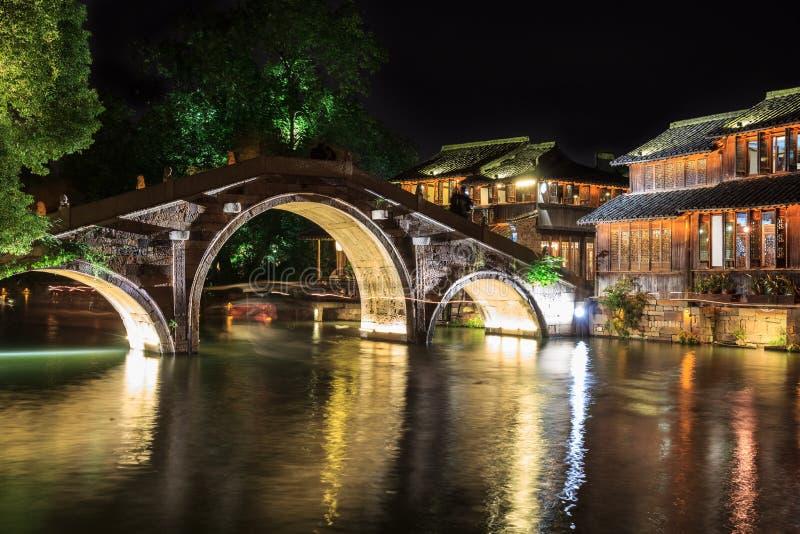 Nattplats av stenbron i Wuzhen, Kina royaltyfria foton