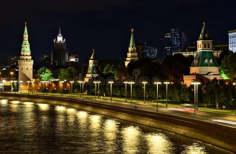 Nattplats med Kreml och skyskrapor i Moskva royaltyfria bilder