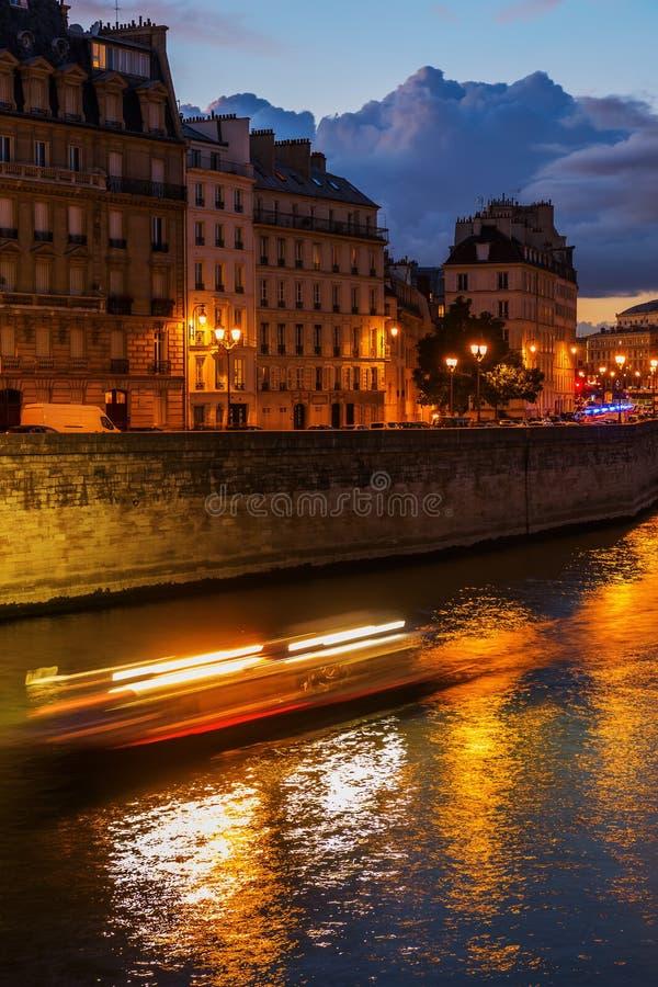 Nattplats på Ilen de la Citera i Paris arkivbild