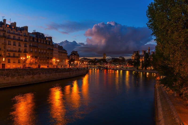 Nattplats på Ilen de la Citera i Paris arkivfoton