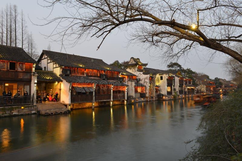 Nattplatsen av den Wuzhen staden i Zhejiang, Kina royaltyfri foto