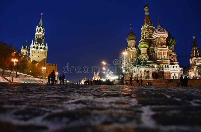 Nattram av den Vasilyevsky nedstigningen nära den röda fyrkanten arkivfoto