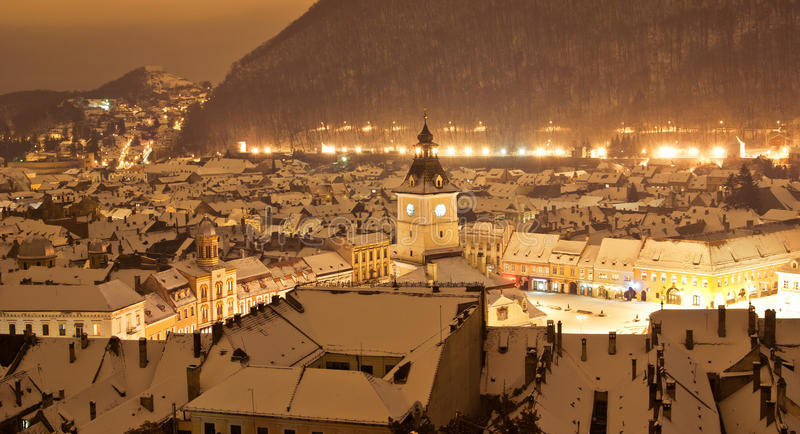nattromania för brasov center vinter arkivbild