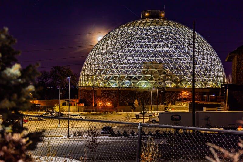 Nattscenen vid Desert Dome, med fullmånen på vänster sida, vid Henry Doorly Zoo Omaha Nebraska arkivfoto