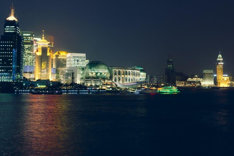 NattShanghai horisont med reflexioner i Huangpu River arkivbild