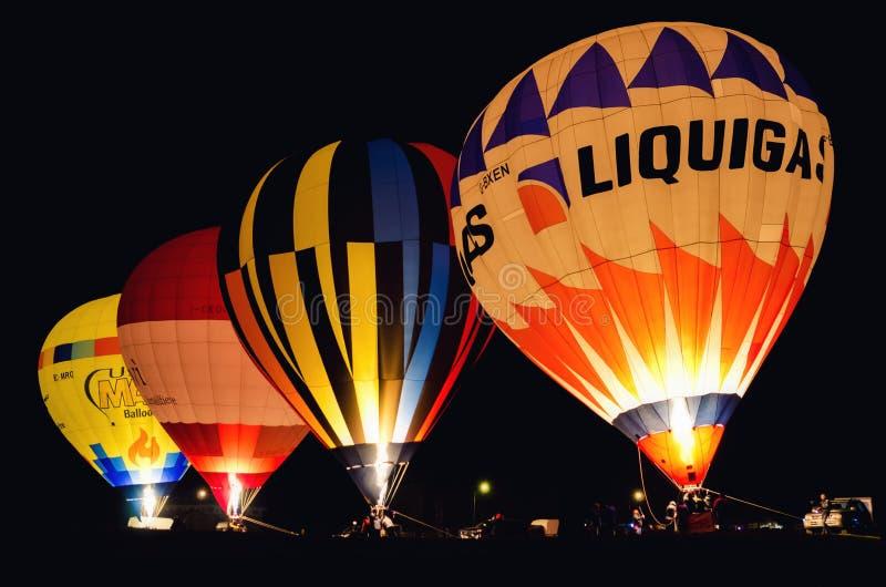 Nattshow av varmluftsballonger under den traditionella epiphanyfestivalen i Mondovì Piedmont, Italien royaltyfri foto