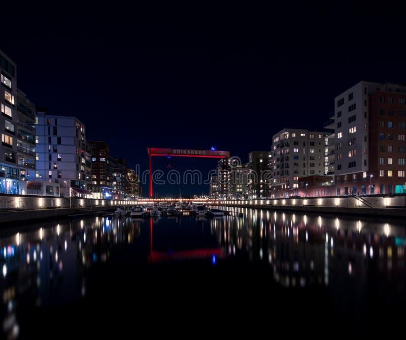 Nattsikt över den gamla Eriksberg skeppsvarvkranen i Göteborg, Sverige royaltyfri bild