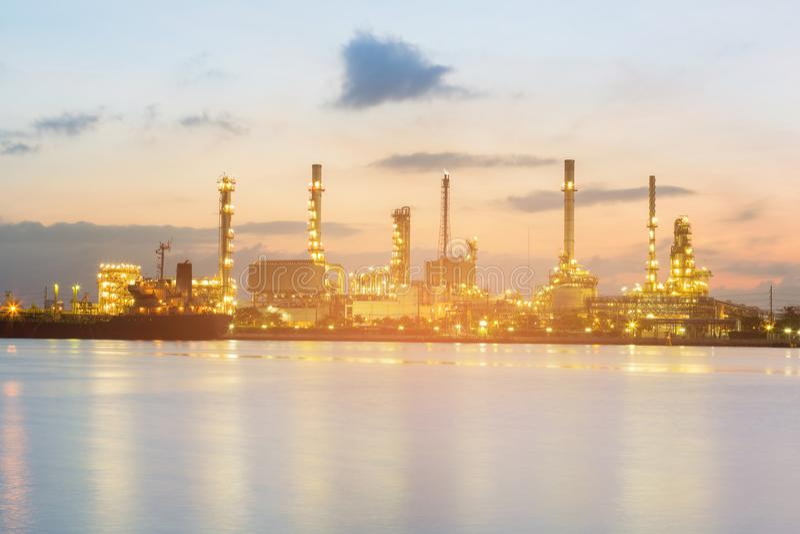 Nattsikt över oljakraftverket arkivbilder