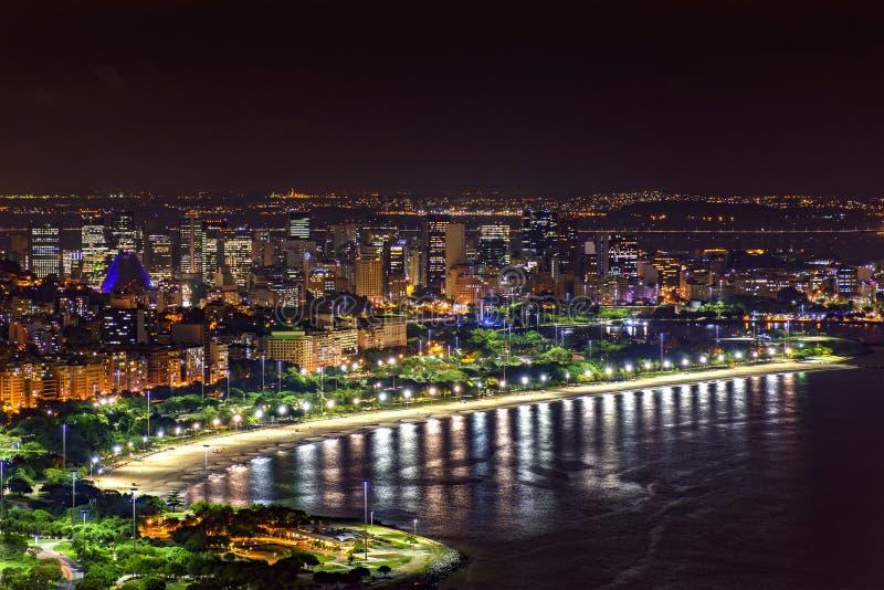 Nattsikt av överkanten av Rio de Janeiro arkivbild