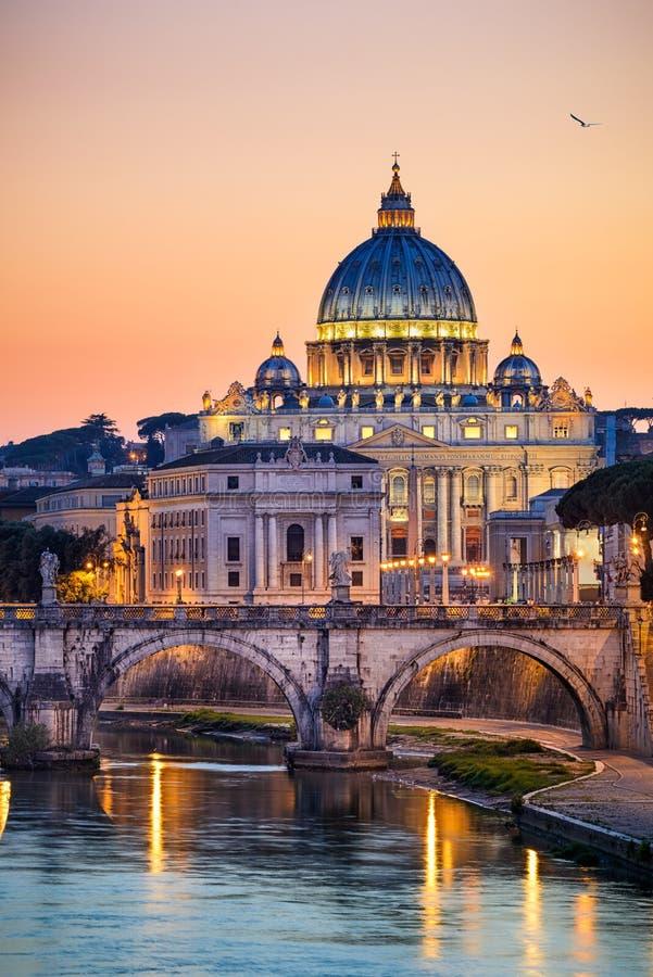 Nattsikt av basilikan St Peter i Rome, Italien arkivfoto
