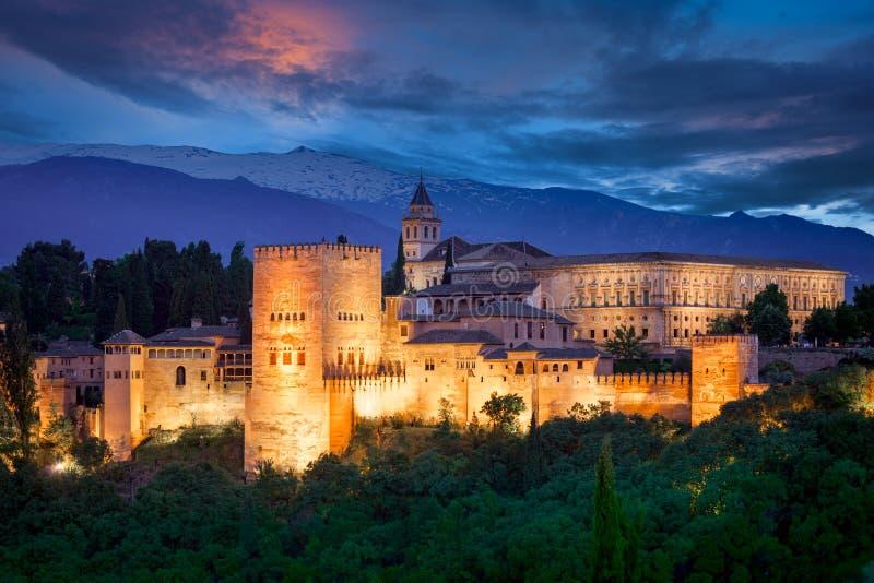Nattsikt av berömda Alhambra, europeisk loppgränsmärke fotografering för bildbyråer