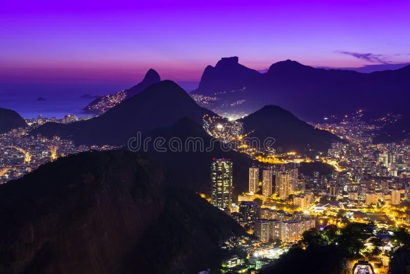 Nattsikt av Botafogo och Copacabana i Rio de Janeiro arkivfoto