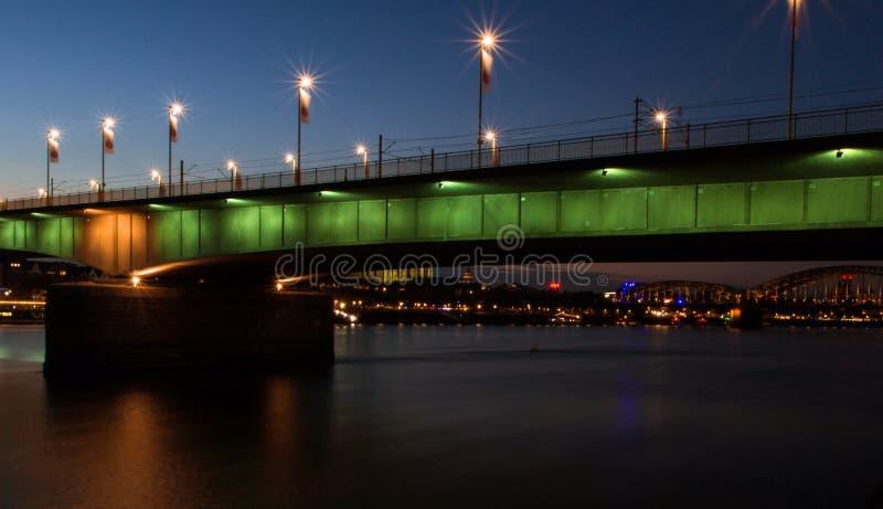Nattsikt av bron stad från för floden, Cologne arkivfoto