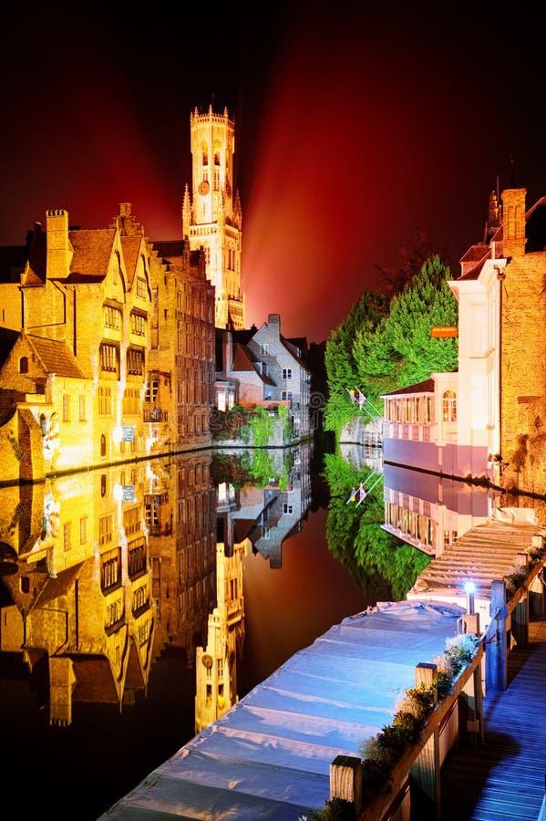 Nattsikt av Bruges, Belgien arkivfoto