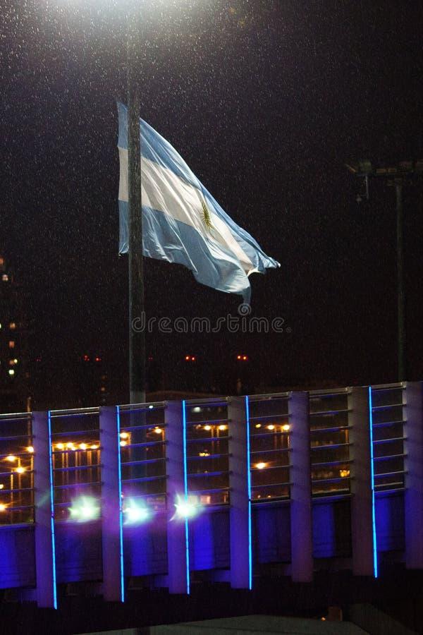 Nattsikt av Buenos Aires och den argentinska flaggan royaltyfri fotografi