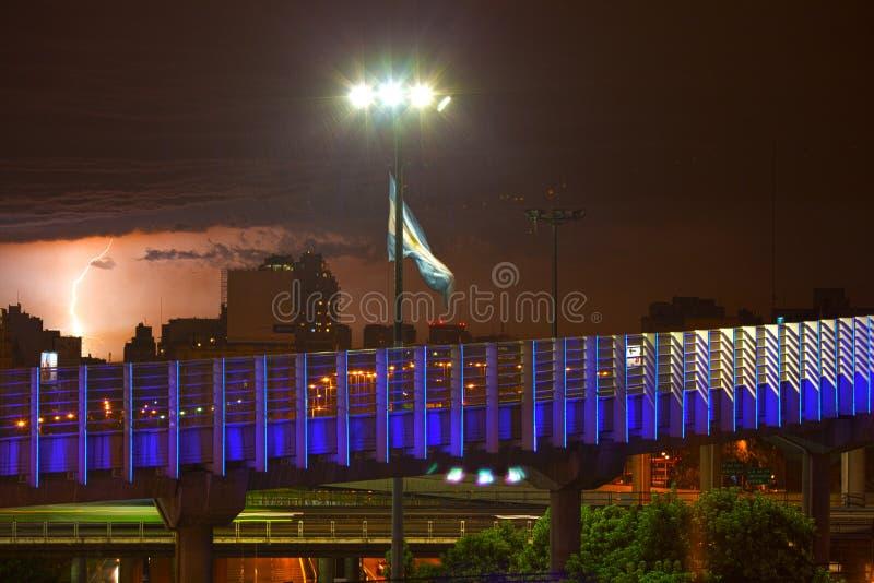 Nattsikt av Buenos Aires och den argentinska flaggan royaltyfri bild
