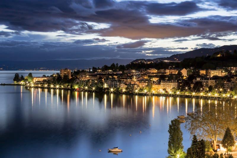 Nattsikt av byggnader från Montreux royaltyfri foto