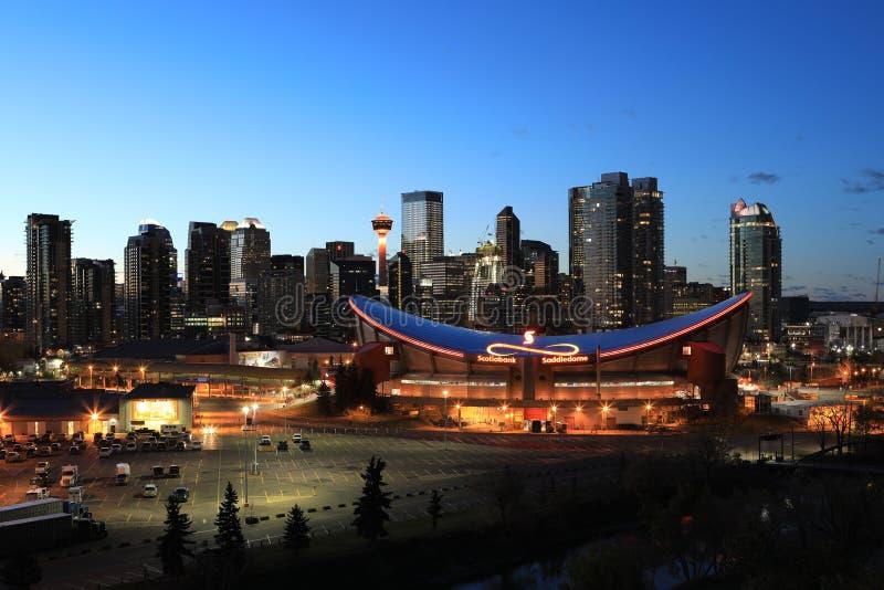 Nattsikt av centret av Calgary, Kanada arkivfoton