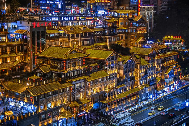 Nattsikt av Chongqings det berömda Hongyadong kommersiella området royaltyfri bild
