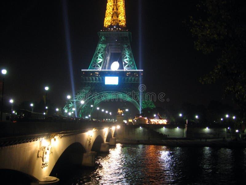 Nattsikt av delen av den upplysta Eiffeltorn och Seinet River i Oktober 2007 under rugbyvärldscupen arkivbilder