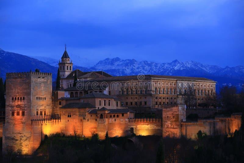 Nattsikt av den alhambra slotten royaltyfri bild