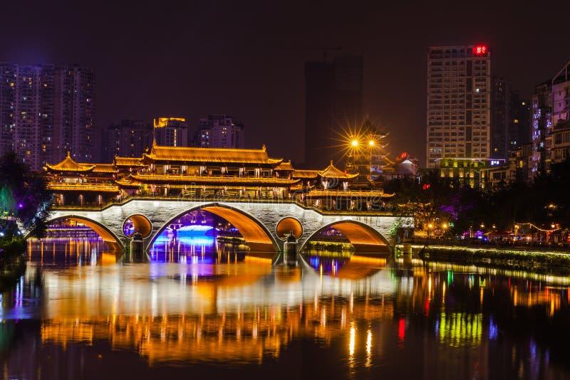 Nattsikt av den Anshun bron i Chengdu arkivfoto