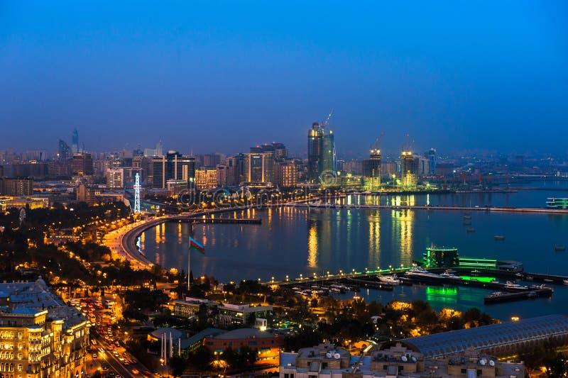 Nattsikt av den Baku staden arkivbild