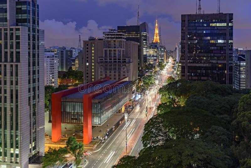 Nattsikt av den berömda Paulista avenyn royaltyfria foton
