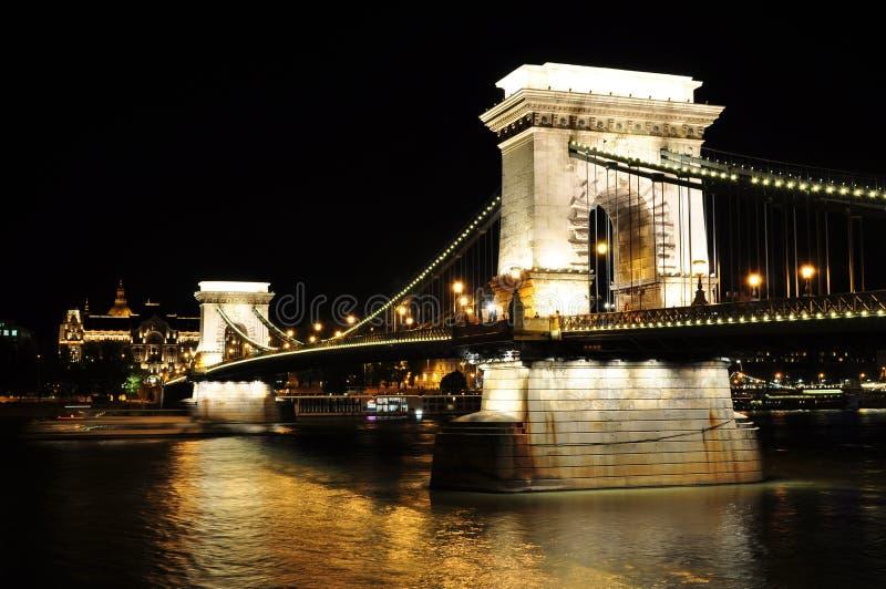 Nattsikt av den chain bron, budapest fotografering för bildbyråer