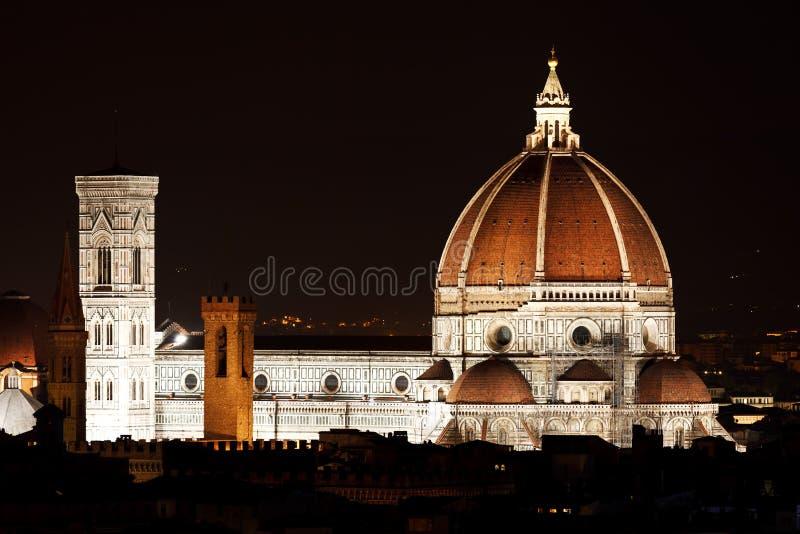 Nattsikt av den Florence duomoen royaltyfria foton