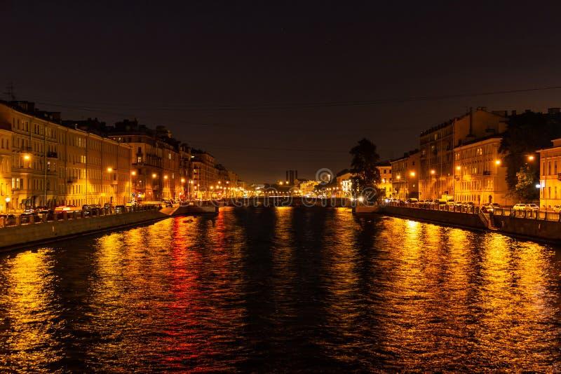 Nattsikt av den Fontanka floden, St Petersburg, Ryssland fotografering för bildbyråer