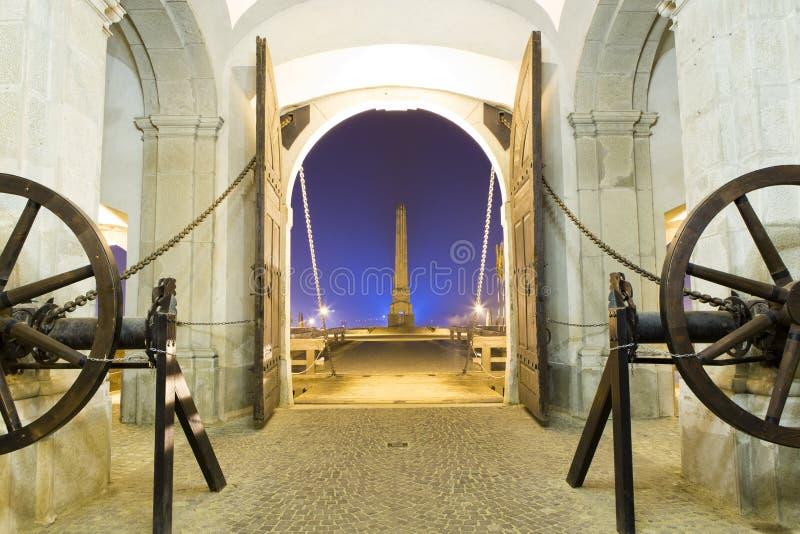 Nattsikt av den gamla porten och klaffbron royaltyfri fotografi