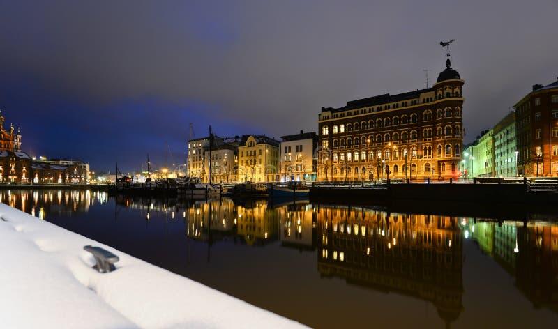 Nattsikt av den gamla staden i vintern Helsingfors, Finland Härlig europeisk stad Helsingfors royaltyfri fotografi