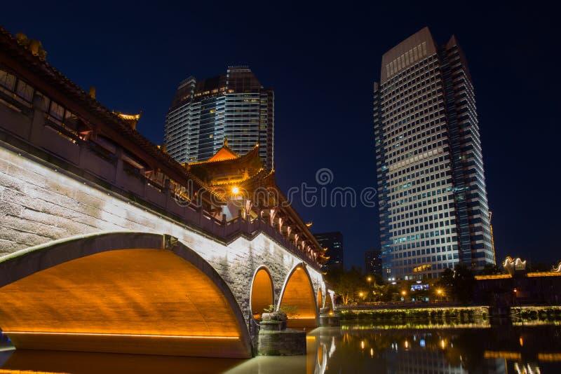 Nattsikt av den härliga Anshun bron ovanför den Jinjiang floden och centrum av Jiuyanqiao i den blåa timmen royaltyfria foton