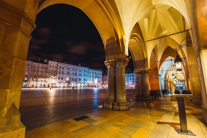 Nattsikt av den huvudsakliga marknadsfyrkanten i Krakow Krakow är en av den mest härliga staden i Polen arkivbilder