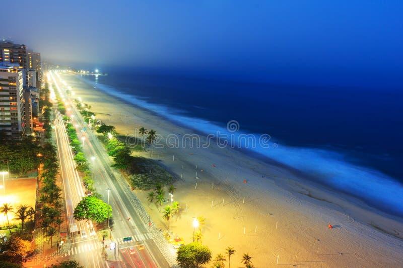 Nattsikt av den Ipanema stranden efter solnedgång, med dimma från havet royaltyfri bild