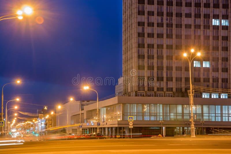 Nattsikt av den Lenin avenyn i den centrala delen av Gomel som tänds arkivbilder