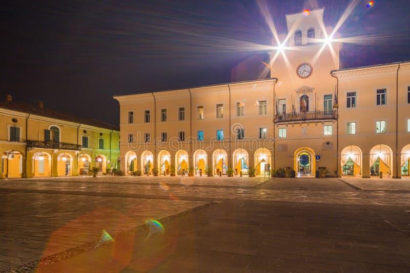Nattsikt av den lilla italienska staden arkivbilder