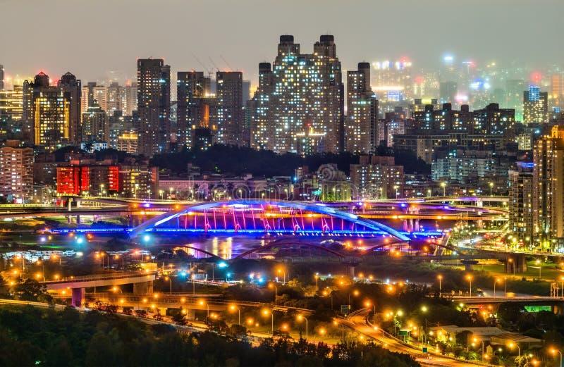 Nattsikt av den nya Taipei staden på Bitan, Taiwan royaltyfri fotografi
