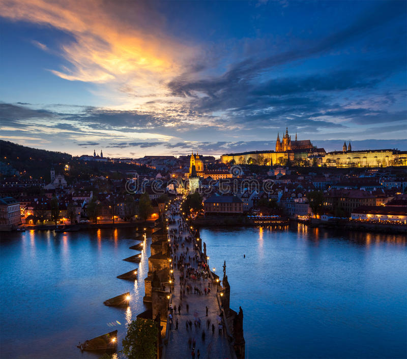 Nattsikt av den Prague slotten och Charles Bridge över den Vltava floden royaltyfri fotografi